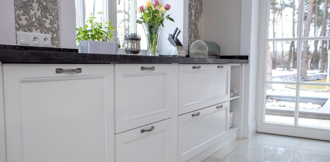 White bespoke wooden kitchens – fitted custom kitchen furniture to size on request